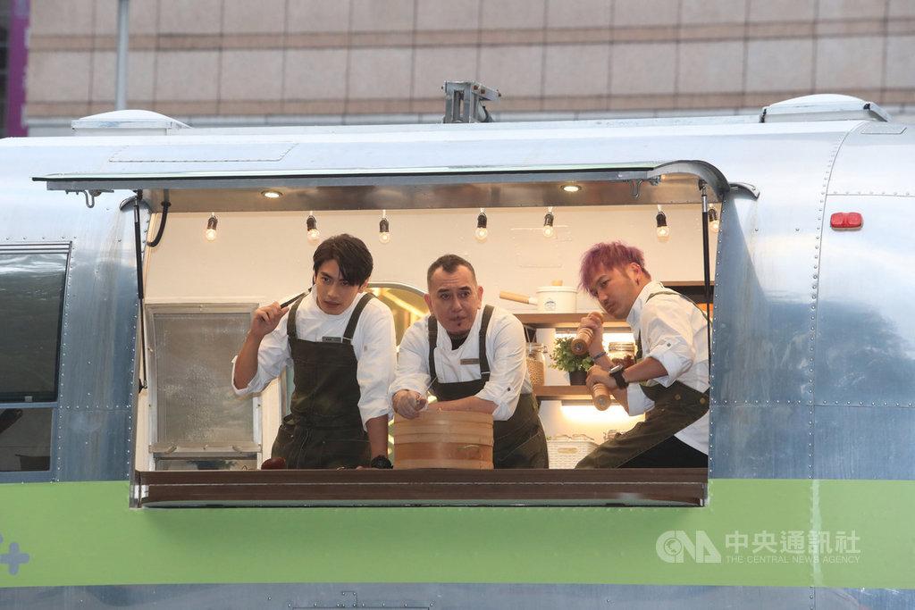 「開著餐車交朋友」開鏡儀式27日下午在台北舉行,香港演員黃秋生(中)和藝人KID林柏昇(右)、宋柏緯(左)出席,3人在餐車內合影。中央社記者吳家昇攝 109年11月27日