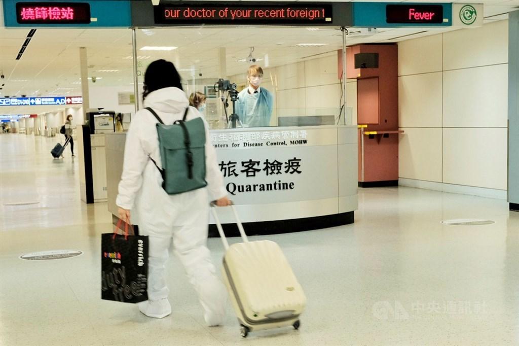 台灣27日新增14例境外移入個案,其中13名印尼移工有10人提出核酸檢驗陰性證明,感染源待釐清。(中央社檔案照片)
