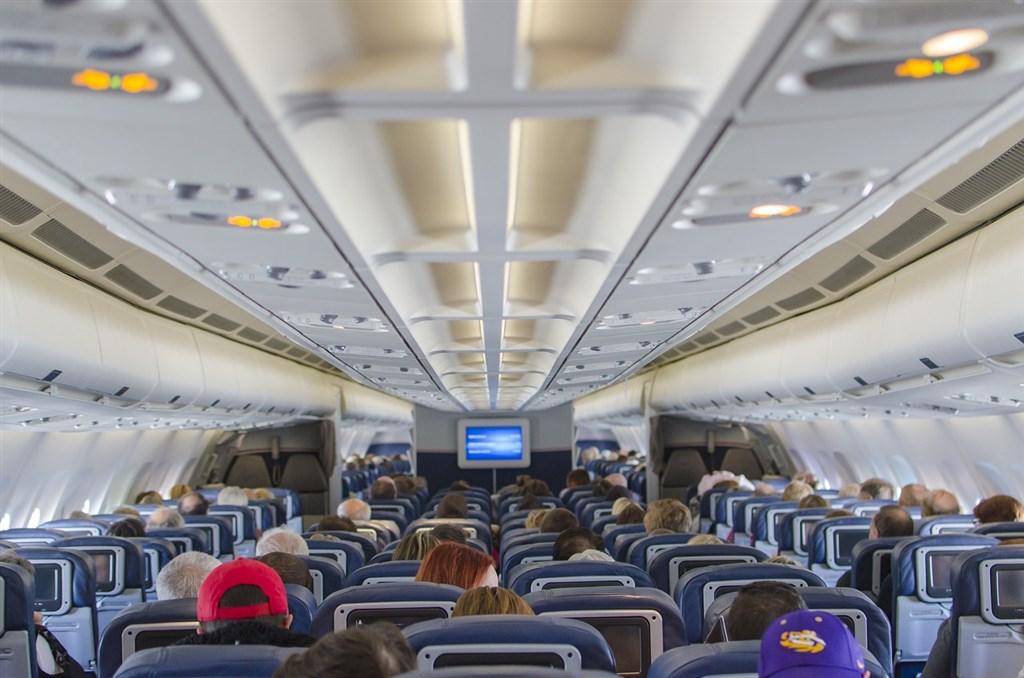 超級電腦「富岳」模擬實驗得知,飛機內乘客在座椅椅背往後傾斜的狀態咳嗽的話,飛沫會在機內擴散。(示意圖/圖取自Pixabay圖庫)