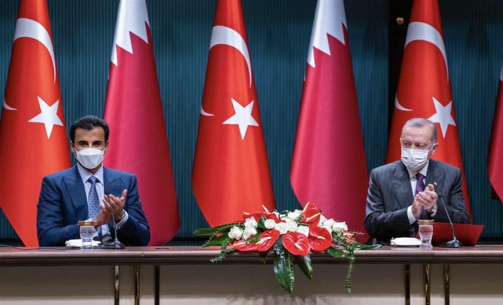 卡達國王塔米姆(左)與土耳其總統艾爾段(右)26日在安卡拉簽署價值數十億美元新投資協議,有望挹注土耳其陷入困頓的經濟。(圖取自twitter.com/TamimBinHamad)