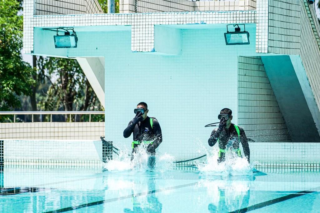 海軍艦隊指揮部27日表示,水下作業大隊水械專長班一名邱姓中士26日在泳池進行訓練評鑑期間發生異常,搶救後已轉至加護病房治療。圖為海軍水下作業大隊訓練情形,非新聞事件現場。(圖取自facebook.com/ROCNAVY.tw)