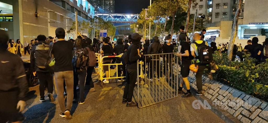 香港兩名「反送中」運動支持者2019年11月中在將軍澳富康花園參與悼念科技大學學生周梓樂的示威集會,期間襲擊附近一名居民。同時被法官重判入獄3年8個月。圖為當時示威集會現場。(中央社檔案照片)
