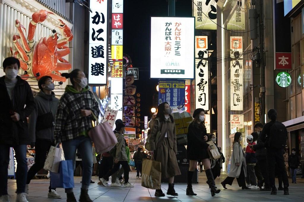 日本近期武漢肺炎迅速擴散,日本政府考慮要在3週內集中徹底防疫,與地方政府聯手,要求餐廳縮短營業時間等,在醫療體系難以負荷前遏止疫情。圖為26日大阪街道人潮。(共同社)