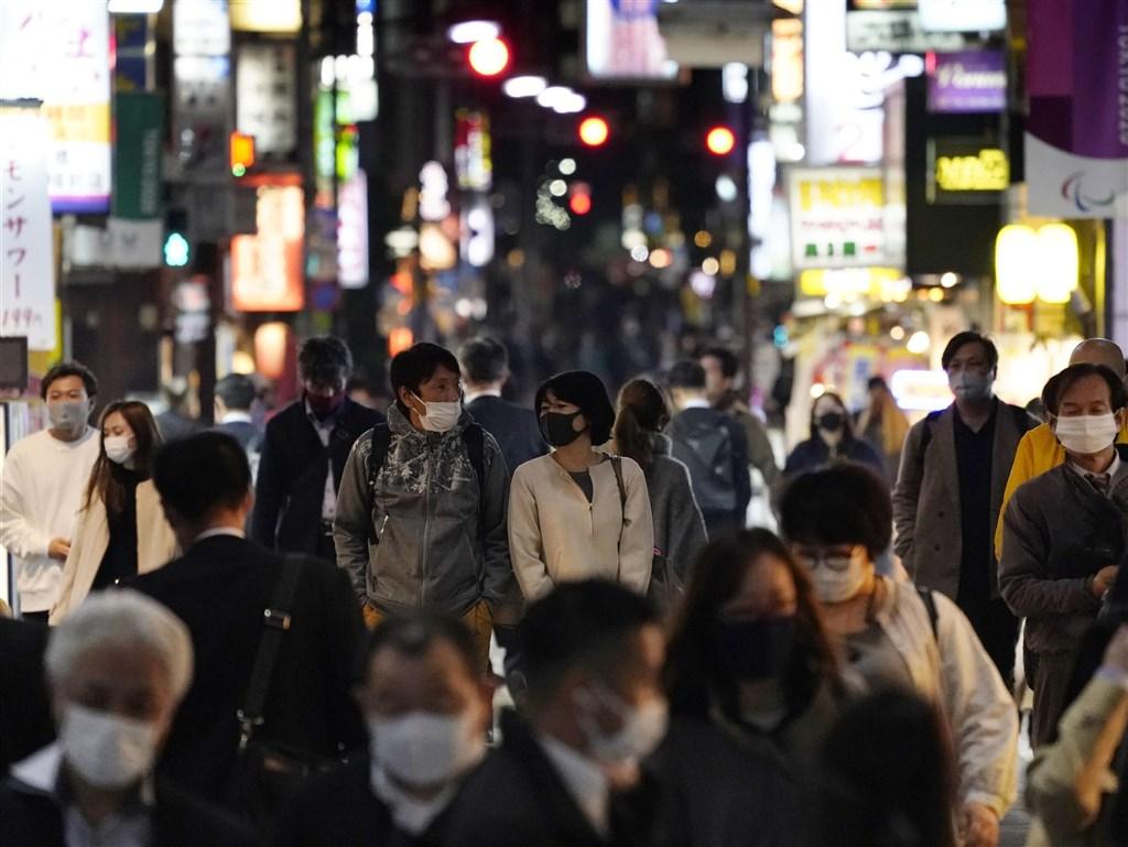 日本東京都27日新增武漢肺炎確診570例,超過21日才剛創下的單日新增539例最高紀錄。圖為東京街頭民眾戴口罩防疫。(共同社)