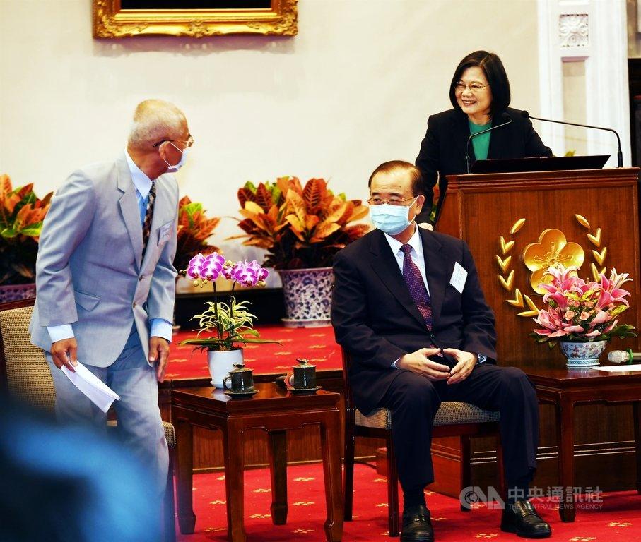 總統蔡英文(右)27日在總統府接見108年度績優捐血人代表林鴻文(左)等,感謝他們在捐血這份志業上風雨無阻、不屈不撓、非常有毅力且堅持。中央社記者施宗暉攝 109年11月27日