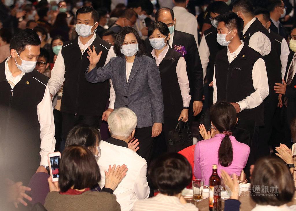 總統蔡英文(中灰色外套者)28日晚間出席「台北市宜蘭縣同鄉會會員大會」,離開時揮手向出席人士致意。中央社記者張新偉攝  109年11月28日