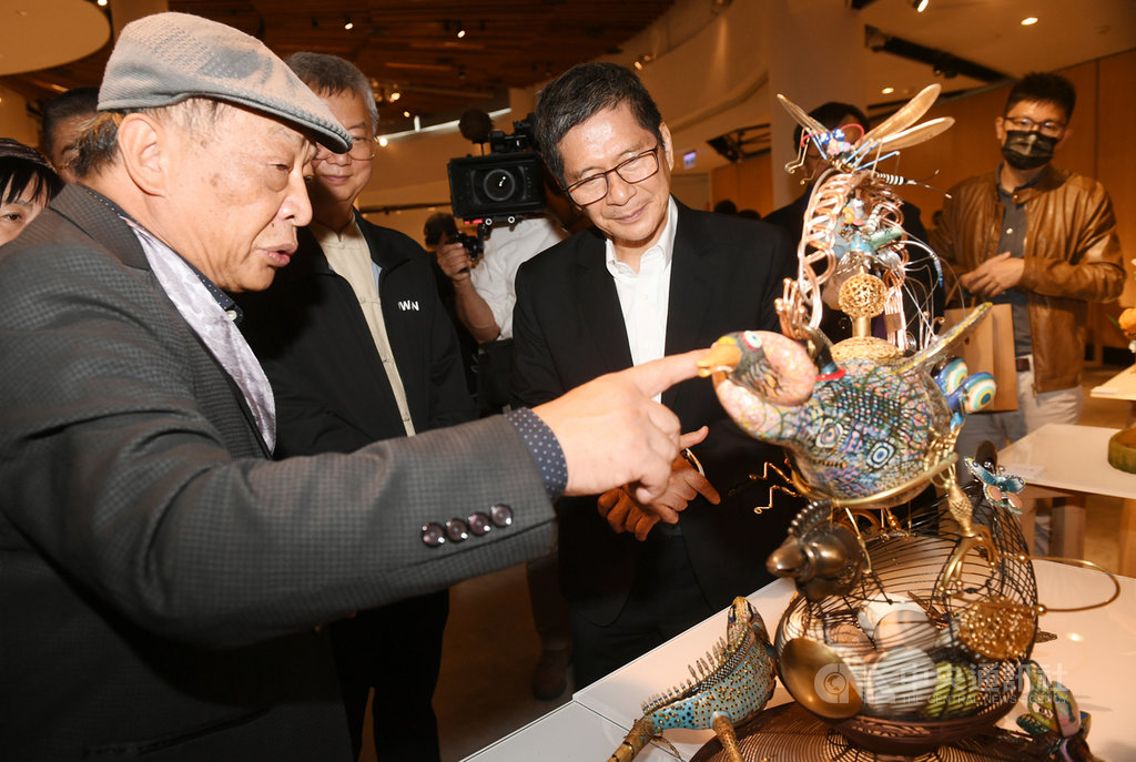 文化部長李永得(前中)28日出席「百藝芳華—2020台灣工藝大展」開幕典禮,聽取工藝家蔡爾平(前左)解說作品「一隻雁鴨的歸鄉路」。中央社記者施宗暉攝 109年11月28日