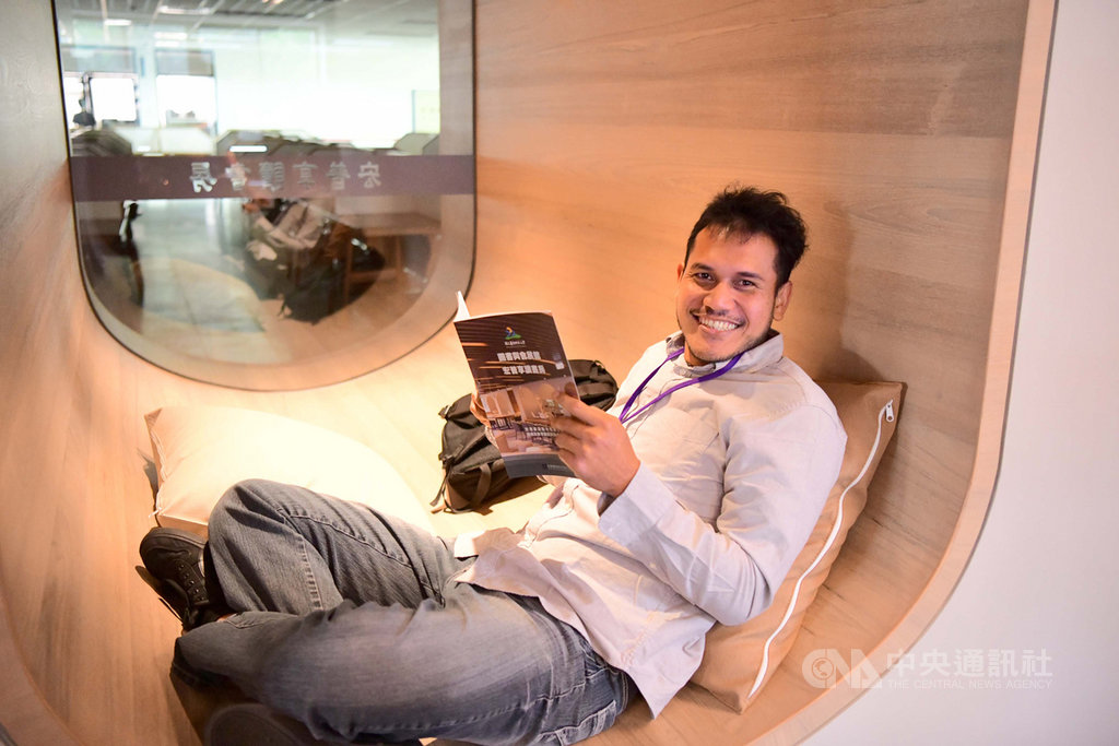 屏東科技大學由校友段津華出資改建的「宏普享讀書房」28日揭牌,閱讀空間顛覆一般圖書館只能坐著看書的設計,不僅可以坐、臥、躺、趴,還有小包廂,提供良好的享讀環境。(屏科大提供)中央社記者郭芷瑄傳真 109年11月28日