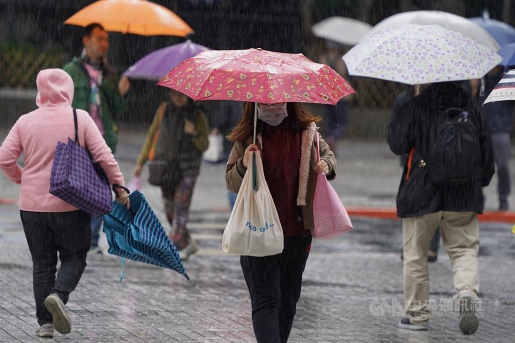氣象專家吳德榮表示,3日、4日仍受東北季風影響、加上冷空氣增強,桃園以北溼冷,北海岸、北部山區及東北部有較大雨勢,北台灣平地低溫約攝氏14度左右。(中央社檔案照片)