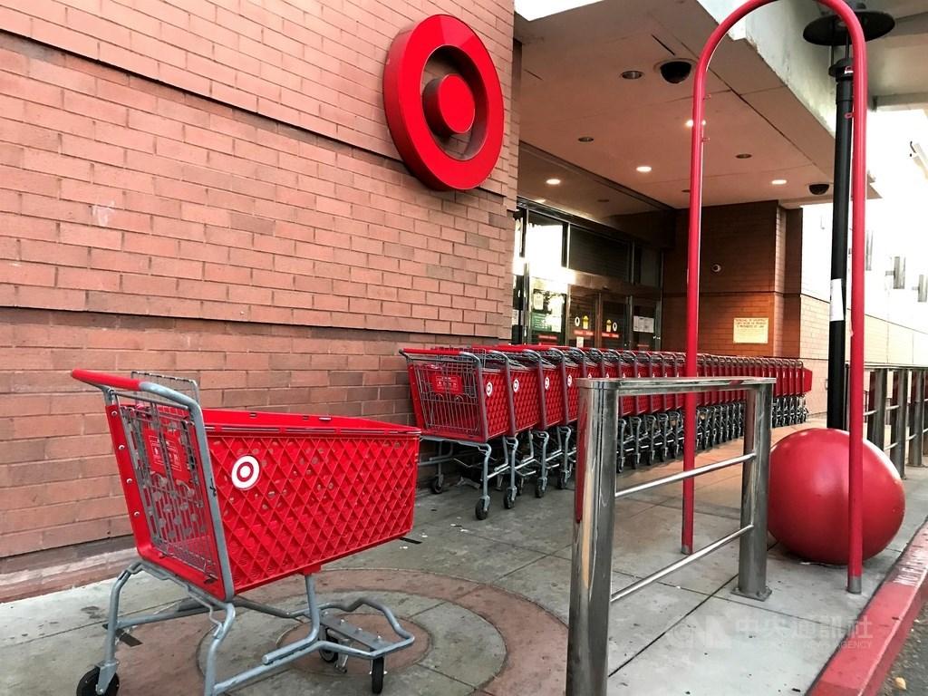 追蹤線上購物的奧多比分析公司今天指出,美國民眾因疫情影響而避免上實體店面購物,讓傳統購物季開端「黑色星期五」當天的網購量大增。圖為27日加州洛杉磯一間達吉特(Target)賣場因防疫而關閉。中央社記者林宏翰洛杉磯攝 109年11月27日