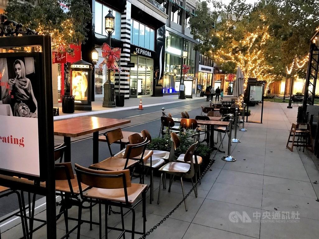 美國入秋之後疫情惡化,加州洛杉磯郡近日要求餐廳關閉戶外用餐區,只限外帶、外送。中央社記者林宏翰洛杉磯攝 109年11月27日