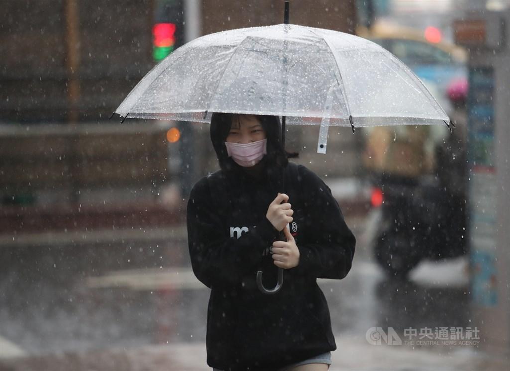 東北季風影響,中央氣象局29日上午發布雙北地區等5縣市大雨及豪雨特報。(中央社檔案照片)