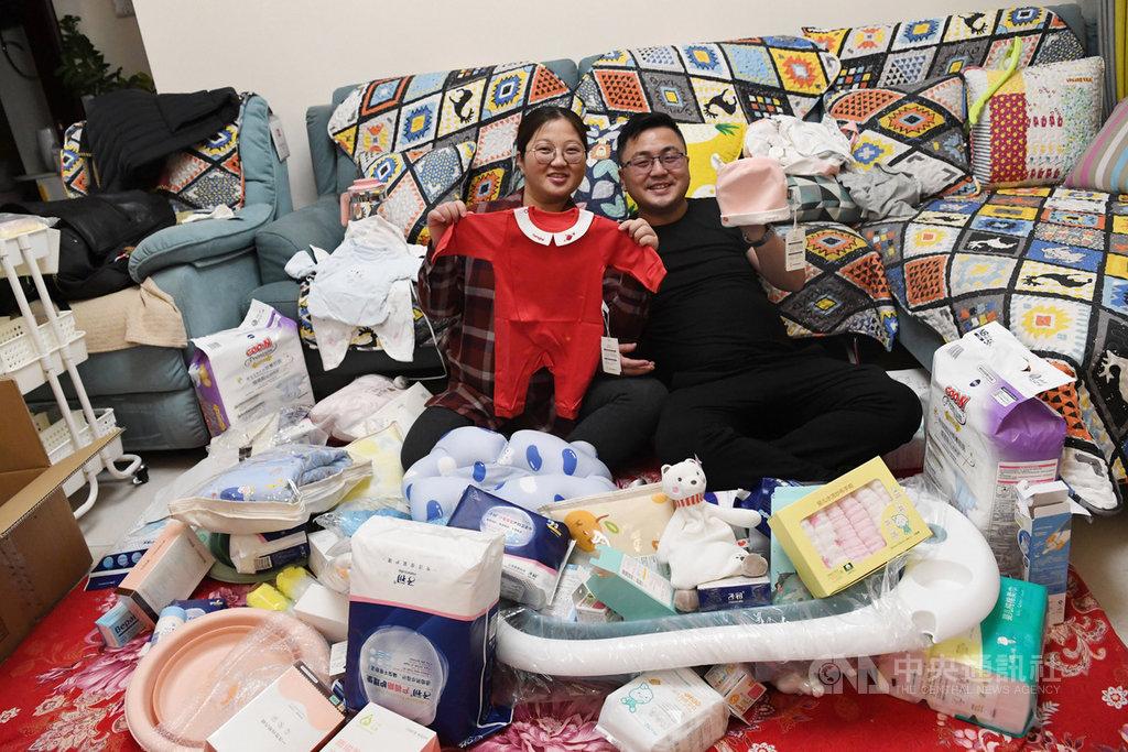 中國發改委官員29日聲稱,中國即將超過美國,成為全球最大的消費品零售市場。圖為11月19日,甘肅蘭州一對夫妻秀出他們在雙11購物節的「戰利品」。(中新社提供)中央社 109年11月29日