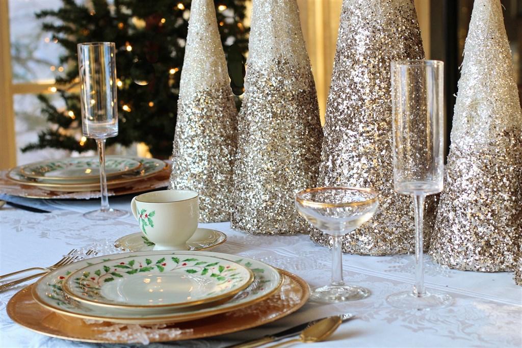 英國將迎接新型冠狀病毒疫情爆發以來第一個耶誕節,專家建議聚會見面時不要擁抱,會增加接觸風險的桌遊也別玩了。(圖取自Pixabay圖庫)