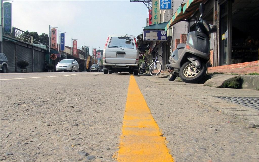 12月1日起,接送未滿7歲兒童上、下車,在禁止停車的黃線臨時停車不受3分鐘限制,但不包含等待時間。(中央社檔案照片)