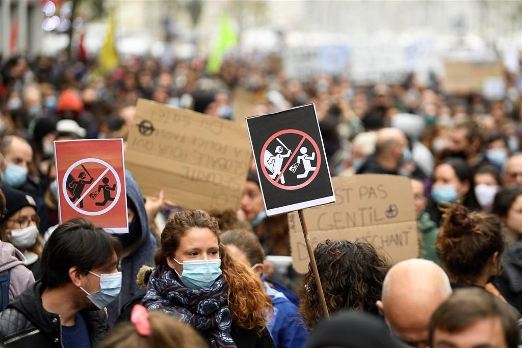巴黎近5萬人28日參與遊行,要求撤回「整體安全法」,保障資訊自由並避免警察暴力。(法新社)