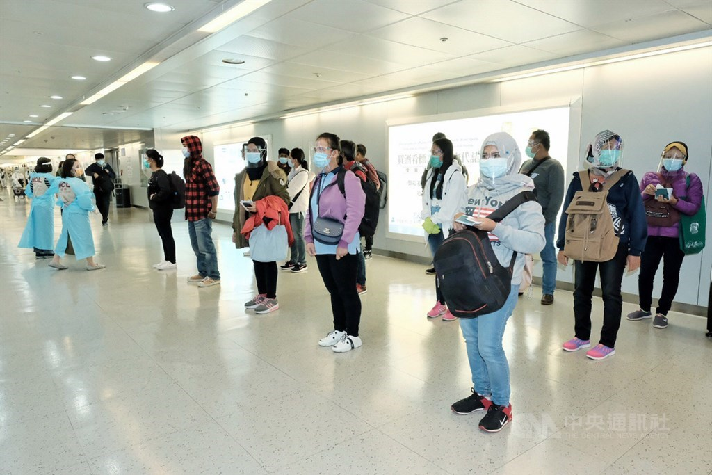 中央流行疫情指揮中心30日表示,有鑑於印尼武漢肺炎(2019冠狀病毒疾病,COVID-19)疫情嚴峻,宣布從12 月4日至17日,將暫停引進印尼籍移工入境來台工作2週。中央社記者吳睿騏桃園機場攝 109年11月30日