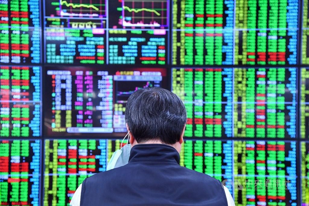 台股30日在尾盤權值股爆量摜壓下,指數重挫144.2點,成交值3835.83億元,創歷史天量,三大法人共賣超327.27億元,外資賣超332.83億元。(中央社檔案照片)