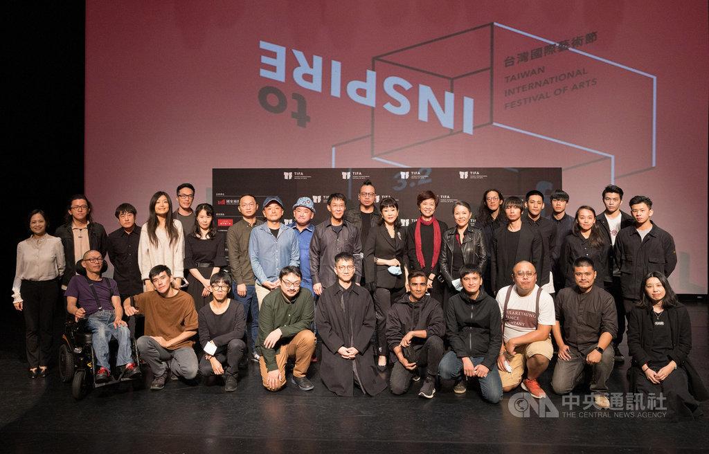 台北國家兩廳院30日宣告2021台灣國際藝術節(TIFA)如期舉辦,參與的藝術家們共同合影,盼用藝術啟發所有人。(國家兩廳院提供)中央社記者趙靜瑜傳真  109年11月30日