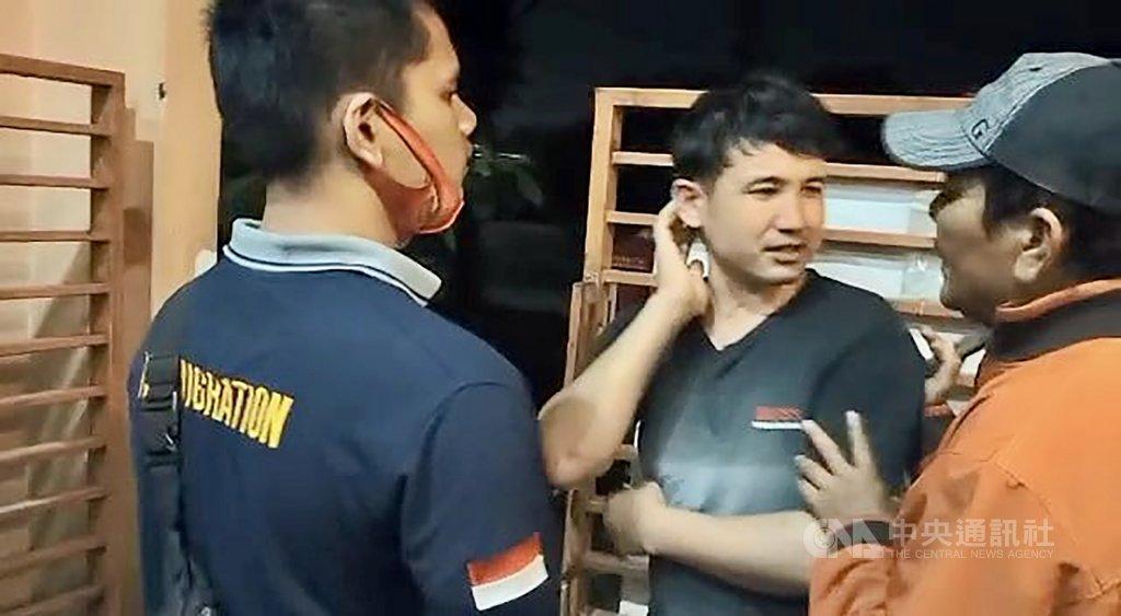 印尼棉蘭難民宿舍10月底發生難民打架衝突,阿富汗難民卡西姆(中)頭部被重擊,他表示希望就醫,但移民局官員愛德華(右)及另一名官員(左)推促他上車,將他帶往看守所。幾天後卡西姆被發現在看守所死亡。(難民提供)中央社記者石秀娟棉蘭傳真 109年11月30日