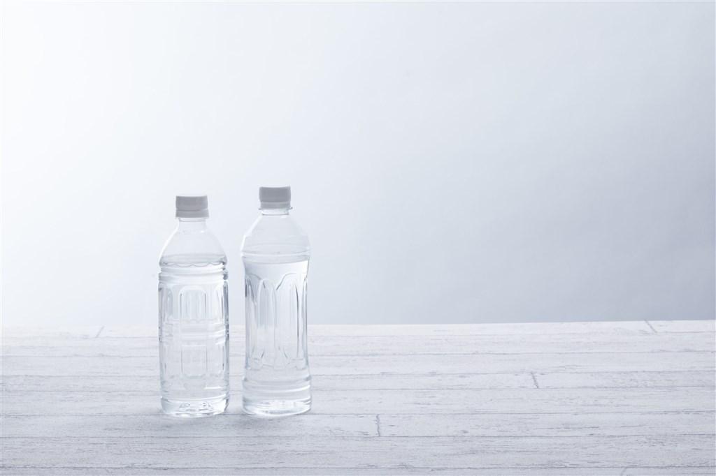 台中市東山高中一名高二學生,上週喝了自己攜帶的飲料後遭酸性不明液體灼傷口腔,不排除學生惡作劇。(示意圖/圖取自PAKUTASO圖庫)