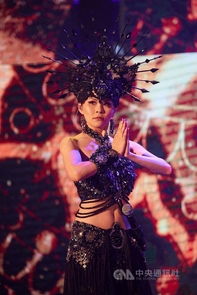 歌手周蕙28日起一連2天在台北舉辦「漫步月光下」演唱會,她出道21年挑戰新尺度,秀出苦練許久的肚皮舞。(華研國際提供)中央社記者王心妤傳真 109年11月30日