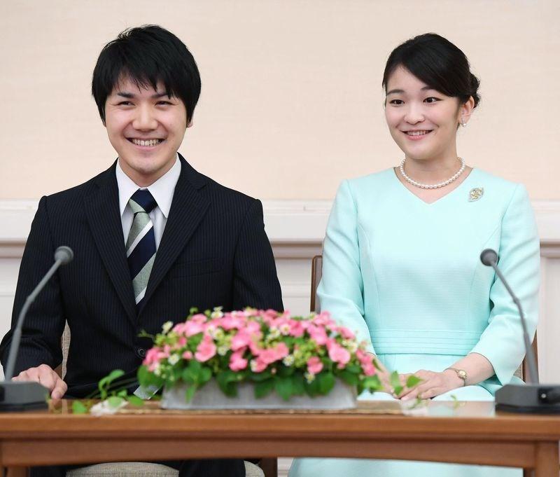 日本皇室秋篠宮文仁親王的大女兒真子內親王(右)今年29歲,未婚夫是大學時代同學、現年同為29歲的小室圭(左),兩人在2017年9月訂婚,但隨後傳出小室圭的母親有債務糾紛。(共同社)