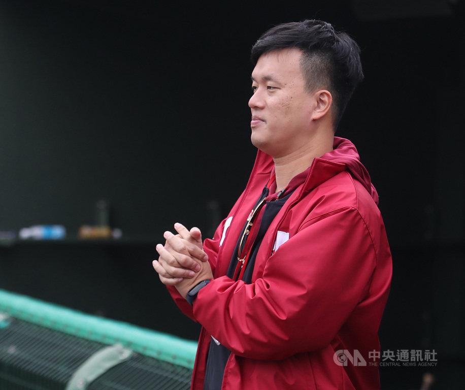 中職樂天桃猿隊30日公布釋出7名球員,領隊劉玠廷(圖)表示,不在60人保護名單中的投手林柏佑,「球團還是有跟他續約意願」。圖為109年2月10日在亞洲門戶交流賽場邊畫面。中央社記者張新偉攝  109年11月30日