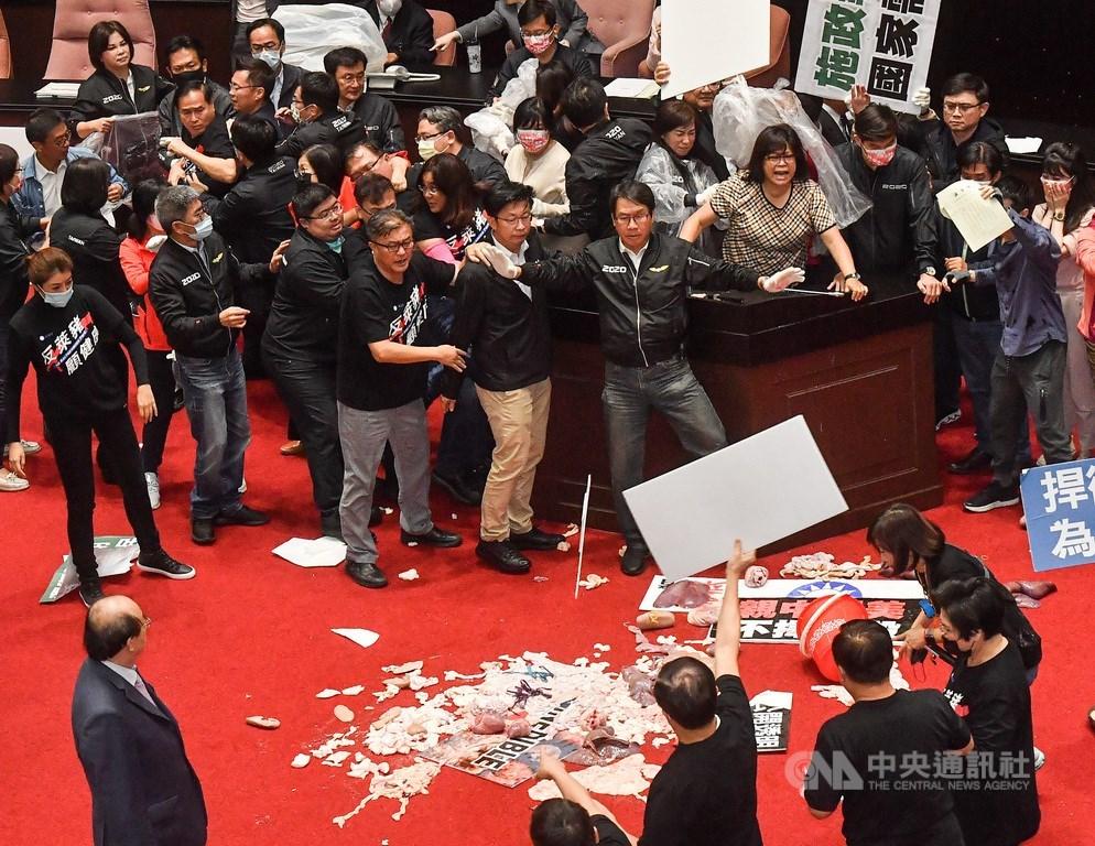 行政院長蘇貞昌27日第13度赴立法院施政報告,仍遭到國民黨團杯葛阻擋,朝野爆發推擠,國民黨立委並丟起豬皮與內臟,場面一片混亂。中央社記者鄭清元攝 109年11月27日