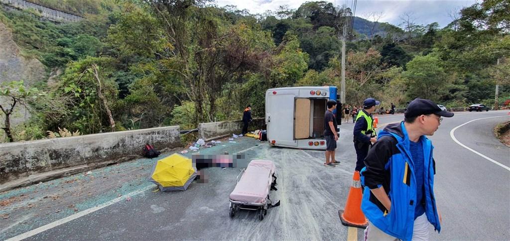 一輛中型巴士11月30日中午行經奧萬大聯外道路時,在一處彎道處失控翻覆,釀1死20輕重傷。(民眾提供)