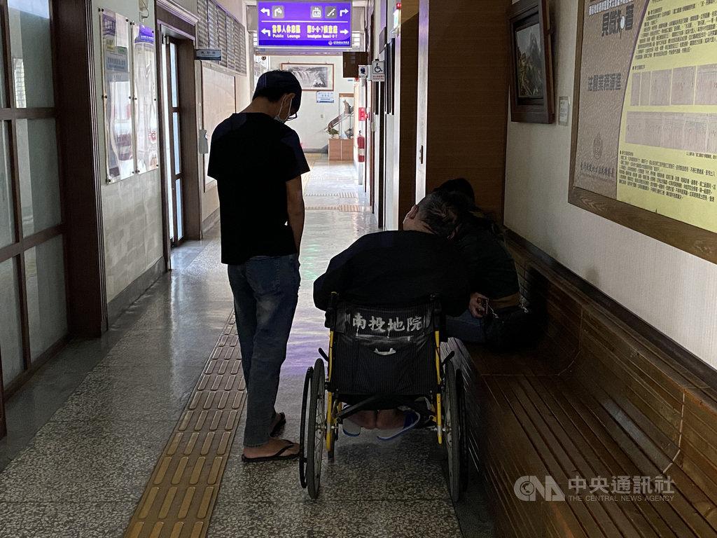 一輛中型巴士11月30日前往奧萬大賞楓途中翻覆,造成1死20輕重傷,林姓巴士駕駛(乘輪椅者)的大女兒1日表示,沒有人會想發生這樣的事情,真的感到非常抱歉,希望乘客能夠諒解。圖為林姓駕駛由子女陪同,到南投地檢署等候檢察官複訊。中央社記者蕭博陽南投縣攝  109年12月1日