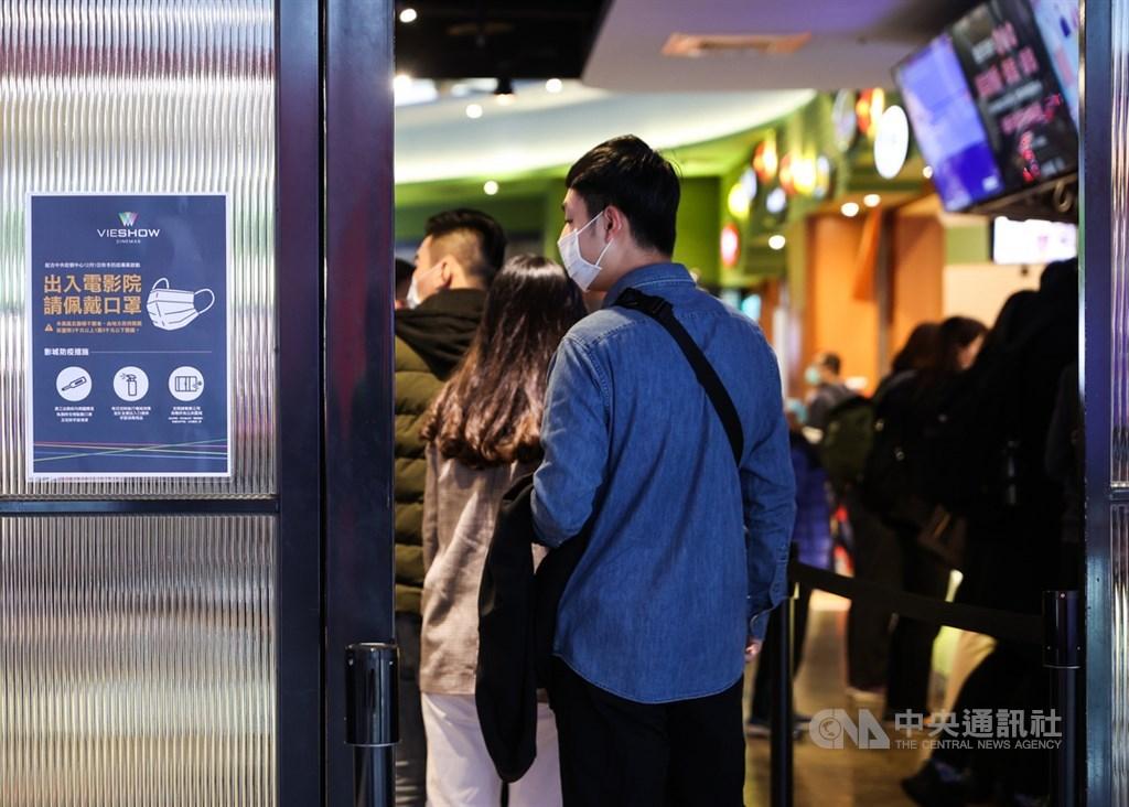 因應全球武漢肺炎疫情再升溫,中央流行疫情指揮中心日前公布秋冬防疫專案3大方向,要求自12月1日起,民眾進出8大類場所須強制戴口罩。圖為電影院售票處11月30日已張貼防疫公告,提醒民眾出入影城應戴口罩。(中央社檔案照片)