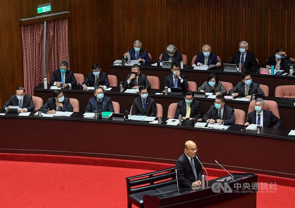 行政院長蘇貞昌(前)1日在立院表示,中國以黨政軍侵入民主國家被舉世注目,台灣處在第一線,對中國的滲透行為嚴陣以待。中央社記者鄭清元攝 109年12月1日