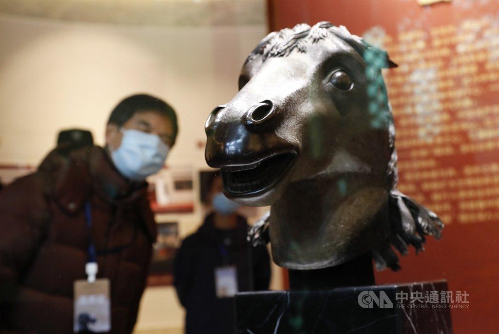 中國國家文物局、北京市政府今天在圓明園正覺寺舉行「圓明園馬首銅像劃撥入藏儀式」。英法聯軍後失散的十二生肖之「馬首」銅像,成為首件回歸圓明園的文物。(中新社提供)中央社  109年12月1日