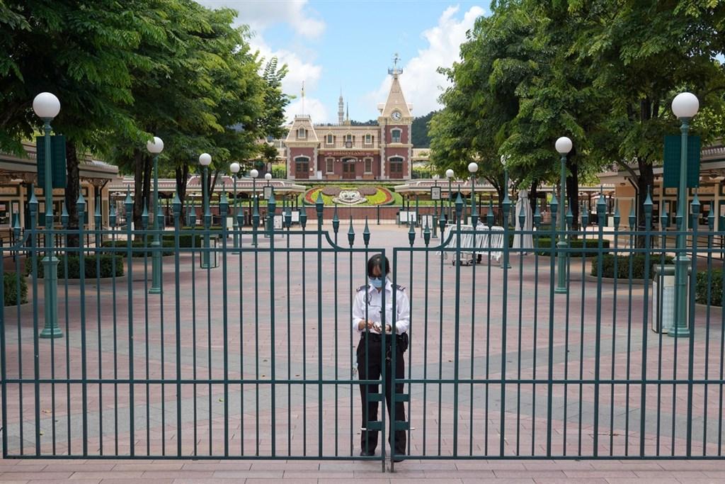 受到香港武漢肺炎疫情惡化影響,兩大主題樂園海洋公園及香港迪士尼樂園,均宣布自12月2日起閉園2週。圖為香港迪士尼。(中新社提供)中央社 109年12月1日