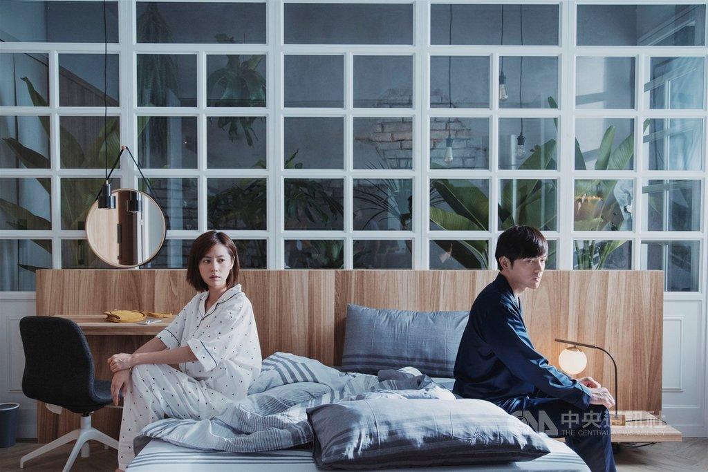 由演員宥勝(右)、林予晞(左)主演的HBO Asia原創影集「戒指流浪記」,以明快的喜劇節奏,探討當代華人社會的婚姻與愛情觀,也挑戰婚約與戒指是否是現代愛情的必需品。(HBO Asia提供)中央社記者葉冠吟傳真  109年12月1日