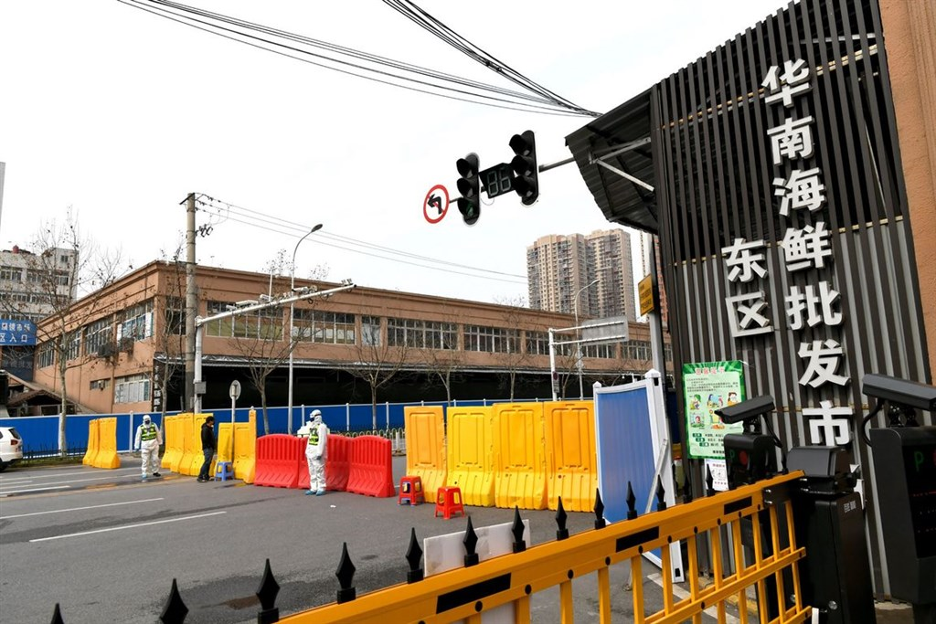 「華爾街日報」報導,世界衛生組織疫情溯源調查小組中,有兩人在新加坡過境時因抗體檢測呈陽性而遭中國拒絕入境。圖為中國武漢華南海鮮市場。(中新社)