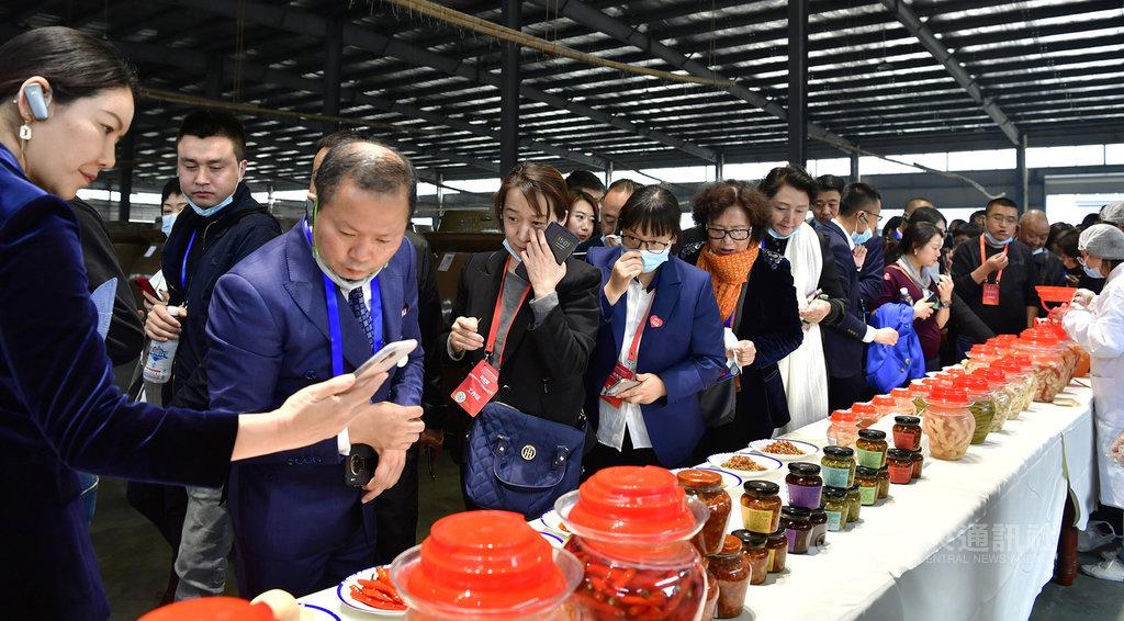 陸媒吹捧中國近日已主導制定泡菜ISO國際標準,並稱韓媒形容為「泡菜宗主國的恥辱」。對此,韓國政府11月30日表示,韓國泡菜已在2001年取得國際標準。圖為11月16日在四川眉山登場的中國泡菜食品國際博覽會。(中新社提供)中央社  109年12月1日