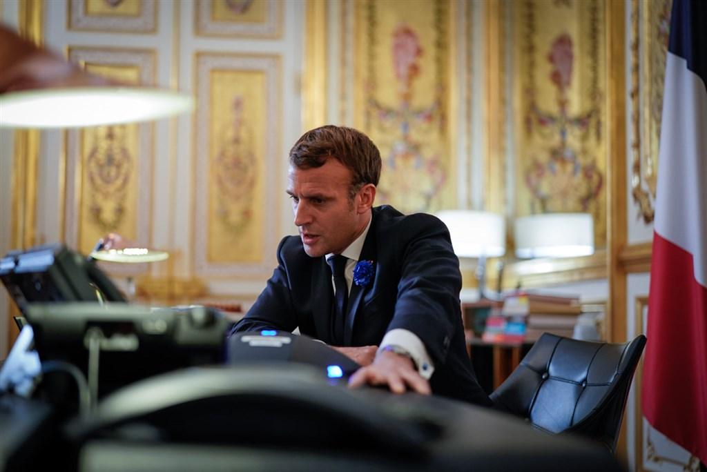法國總統馬克宏11月30日親上火線,針對「整體安全法」排山倒海的抗議聲浪,召集政府與國會領袖商討對策。(圖取自facebook.com/EmmanuelMacron)