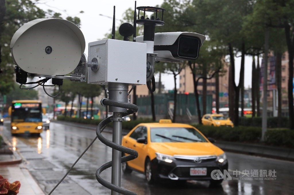 環保署1日表示,聲音照相執法將於110年1月1日全台同步上路,違規可處新台幣1800元至3600元;若經聲音照相偵測車輛改裝未經過認證,通知到檢確認後會依噪音管制法處3000至3萬元。圖為移動式聲音照相設備。中央社記者吳家昇攝 109年12月1日