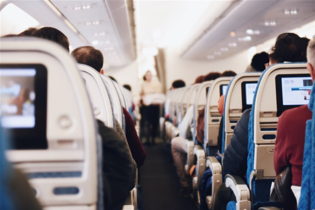 美國聯邦傳播委員會2013年曾擬議要解除美國航班飛行期間使用手機通話的禁令,不過相關擬議已在11月30日正式被否決,乘客不能在飛機上使用手機通話。(圖取自Unsplash圖庫)