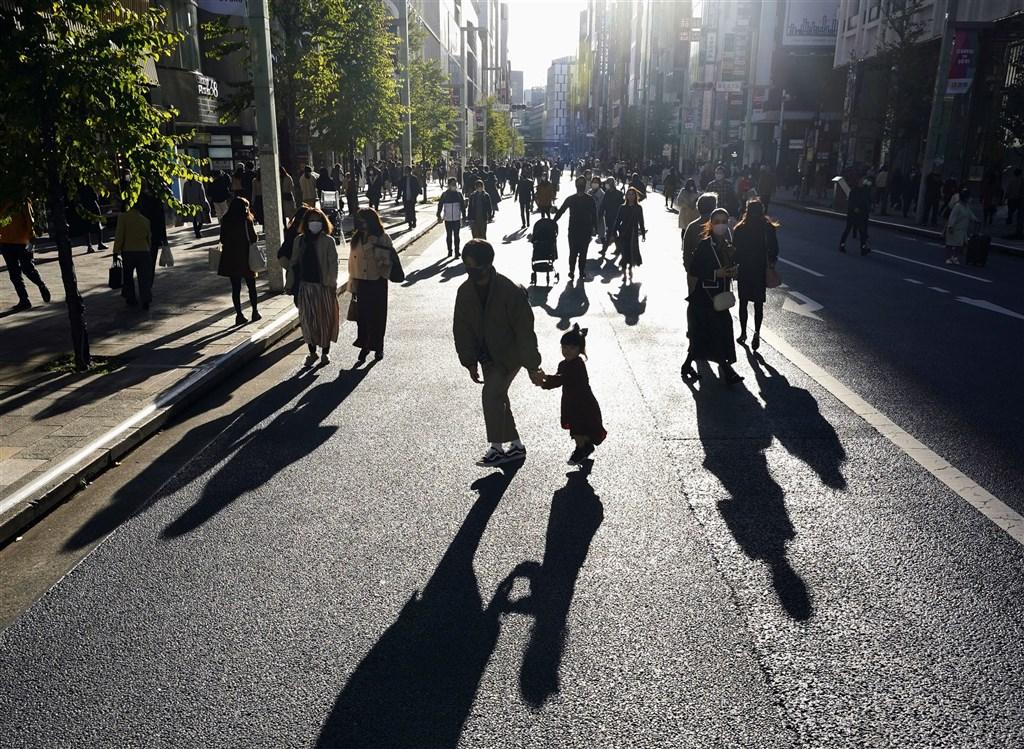 日本境內武漢肺炎疫情持續升溫,1日全境新增33例死亡病例、北海道單日新增14例死亡病例,同創疫情爆發以來新高紀錄。圖為東京銀座街頭。(共同社)