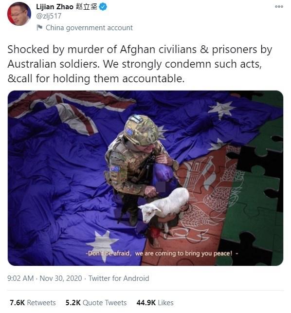 中國外交部發言人趙立堅11月30日在推特放上一張造假照片,畫面中一名身穿澳洲軍服的男子握著匕首,挾持包著澳洲國旗的阿富汗小孩,刀鋒架在小孩的脖子上。(圖取自twitter.com/zlj517)
