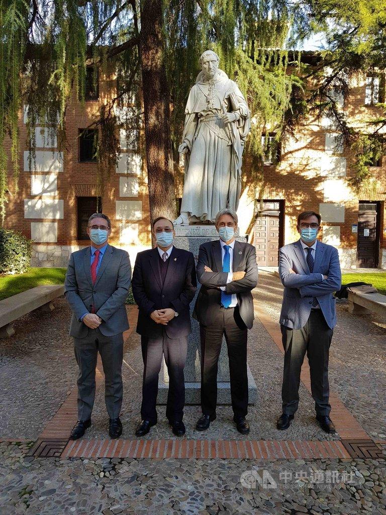 駐西班牙代表劉德立(左2)應邀赴阿爾卡拉大學拜會校長裴瑞茲(右2),國際關係事務副校長塞拉諾(左)與國際長穆尼奧斯(右)陪同。(駐西班牙代表處提供)中央社記者曾婷瑄巴黎傳真 109年12月1日