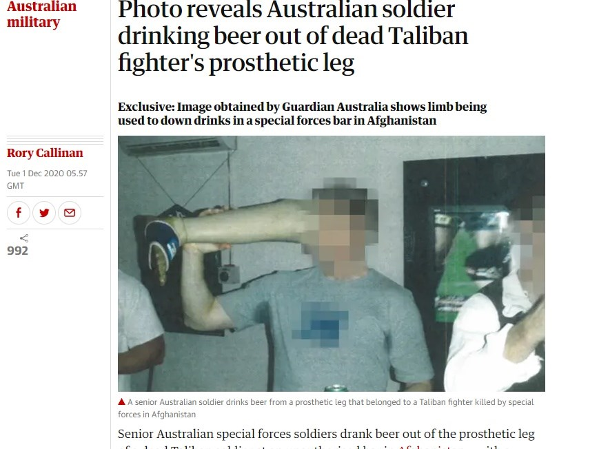 衛報1日披露數張照片,照片中一名澳洲特戰士兵在阿富汗一家酒吧中,用死去的塔利班士兵義肢當作酒杯。(圖取自衛報網頁theguardian.com)