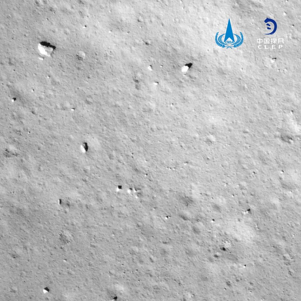 中國發射的「嫦娥5號」登月探測器,在台北時間1日深夜11時11分在月球表面成功降落,並傳回降落影像圖。(圖取自中國國家航天局網頁cnsa.gov.cn)