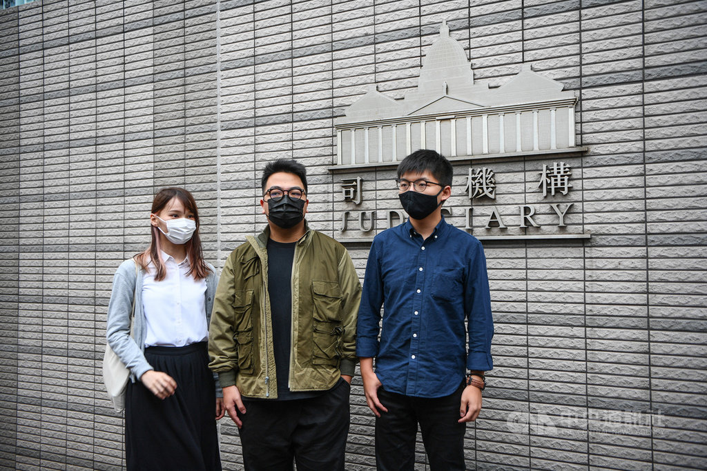 前香港眾志成員黃之鋒(右)、周庭(左)和林朗彥(中)2日被法院判處7至13.5個月不等的有期徒刑。他們從2012年「反國教」運動起,並肩作戰近10年,陪伴彼此的青春,也見證香港社運的興衰。圖為3人11月23日出庭前合照。(中通社提供)中央社 109年12月2日