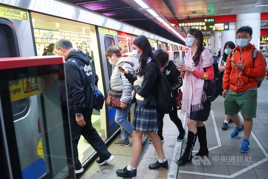 日本研究團隊首度進行數百人規模的「中和抗體」調查,結果顯示曾染武漢肺炎且痊癒的人,有高達98%在半年後仍保有中和抗體。圖為台北民眾戴口罩搭捷運防疫。中央社記者王騰毅攝 109年11月30日