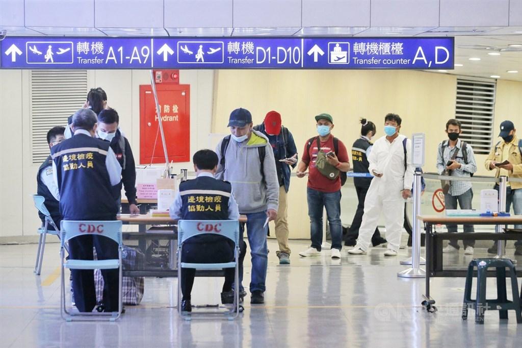 指揮中心宣布,台灣4日新增4例武漢肺炎境外移入個案,為3例美國、1例印尼移工。目前累計690例確診。圖為桃園機場入境旅客。(中央社檔案照片)