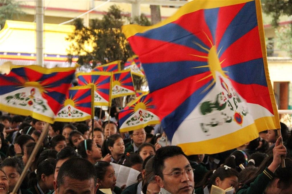 藏人行政中央駐台代表達瓦才仁指出,近日在網路爆紅的「甜野男孩」扎西丁真是北京用來隱藏中國「去西藏化」的圖謀。圖為2017年3月流亡藏人在北印度達蘭薩拉舉行西藏抗暴54週年紀念集會。(中央社檔案照片)